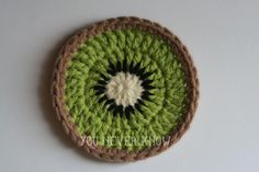 Crochet Gift Design Kiwi Coasters Free Crochet Pattern - These 25 fruit and vegetable crochet patterns are perfect for those who want to celebrate healthy eating or the beauty of nature's foods. Fruits En Crochet, Crochet Food, Crochet Kitchen, Crochet Gifts, Crochet Simple, Love Crochet, Crochet Flowers, Knit Crochet, Thread Crochet