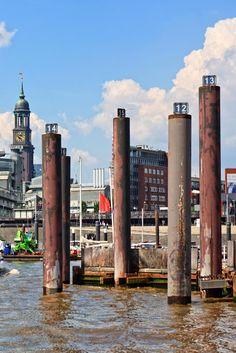 Hamburg Foto vom Michel mit Dalben im Hamburger Hafen | Bildschönes Hamburg