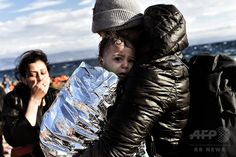 Refugees and migrants arrive at the Greek island of Lesbos after crossing the Aegean sea from Turkey on September 30, 2015. (c)AFP/ARIS MESSINIS