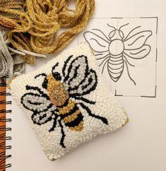 Bee Sachet Pillow 4 x 4 Rug Hooking Kit Rug Hooking Kits, Rug Hooking Designs, Rug Hooking Patterns, Hook Punch, Punch Needle Patterns, Cow Pattern, Needlework, Creations, Weaving