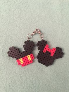 Matching Couple Mickey and Minnie Mouse Key Charms Hama Beads Design, Diy Perler Beads, Perler Bead Art, Pearler Beads, Melty Bead Patterns, Pearler Bead Patterns, Perler Patterns, Beading Patterns, Rock Crafts