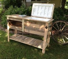 Barn Wood Cooler - Gonna have to make Mr. Mahr one of these! Cooler Stand, Ice Chest Cooler, Cooler Box, Deck Cooler, Barn Wood Projects, Home Projects, Pallet Projects, Backyard Projects, Wood Cooler