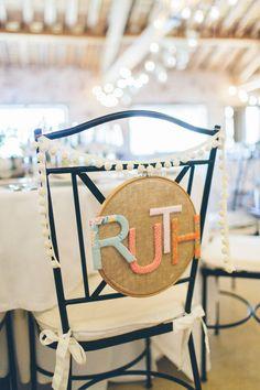 Sillas decoradas bodas www.bodasdecuento.com