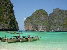"""""""The Beach"""", Maya Bay Afortunadamente hoy hace un día soleado y podemos ir a las islas Phi Phi. Son famosas por su magníficos paisajes, sus playas de arena blanca, el mar turquesa y una fauna y flo..."""
