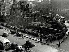 Reposted from Hundreds of people queue at a bus stop in Farringdon as a result of a train strike in London. London Pictures, London Photos, Old Pictures, Old Photos, Vintage London, Old London, East London, London Live, London Bus