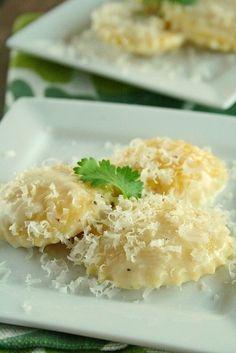 Фото к рецепту: Равиоли с сыром в чесночном соусе