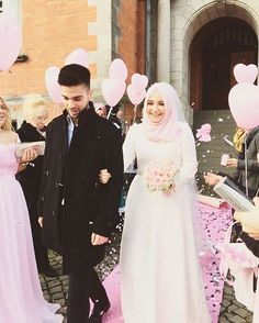 Our pink princess @hijab_princessa_ ♥ Love this cute couple!  Beautiful photo by @ziley61 from Germany ♥ . . . #muslimwedding #muslimweddingideas #nisan
