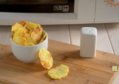Le chips di patate al microonde sono uno sfizioso snack, facile e veloce da preparare, con pochissimo olio e pochi sensi di colpa!