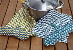 Интересный примем, с помощью которого можно вязать коврики, прихватки, салфетки и даже одежду. Просто, как все гениальное. Сначала вяжется филейная сетка основа необходимого размера и формы, затем с …