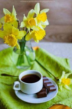 Coffee, chocolate and daffodils. Good Morning Coffee, Coffee Break, Coffee Cafe, Coffee Drinks, Art Cafe, Café Chocolate, Coffee Flower, Coffee Aroma, Pause Café