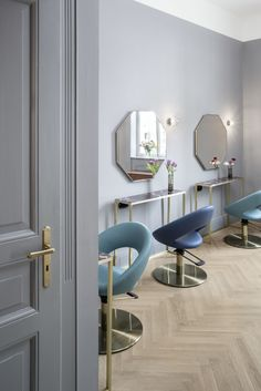 "Ahmet Bilir, Stuttgart hair stylist who frequently takes part in international haute-couture fashion shows, has named his new salon ""SALON BILIR PRIVÉ"". The small elegant salon was designed by Bruzkus Batek architects, who have created a space whose bo..."