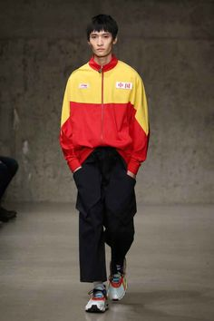 Li-Ning Fall-Winter - New York Fashion Week - Male Fashion Trends Male Fashion Trends, Sport Fashion, Mens Fashion, High Fashion, Fashion Week 2018, New York Fashion, Revival Clothing, Men's Pocket Squares, Young T