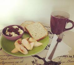 #HealthyBreakfast: Banano con #Arándanos y #AvenaEnHojuelas de @quakercolombia, pan #VitalSemillas con #Chía #Girasol y #Linaza de @bimbocolombia, salchicha de pollo de @pietran_oficial y té de #FrutosVerdes de @tehindu con manzanilla.