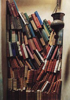 Zelfde plaatje van ingestorte boekenkast nu met zwaartekracht    ws just where to find everything.