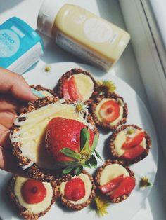 Jessica: Prajem každému krásnu slněcnú nedeľu ☀️. Dnes som si pre Vás pripravila recept vo forme takýchto cheesecake- košíkov ktoré sú veľmi jednoduché a chuťou úžastné  Recept:  2 banány  160g ovsené vločky ( môžte použiť aj iné alebo 1:1 )  30g mandle ( ľubovoľne orechy )  10g kakao  15g proteín ( ja som použila hazelnut od @biotechusa_slovakia )  15g med Plnka:  100g odtučnený tvaroh jemný  80g ricotta  10g proteín ( môžte zvoliť ľubovoľnú príchuť )  1 vajíčko Banány nak