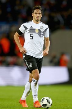Mats Hummels Photos - Mats Hummels of Germany runs with the ball during the international friendly match between Germany and France at RheinEnergieStadion on November 2017 in Cologne, Germany. - Germany v France - International Friendly Germany Football Team, Football Is Life, Football Kits, Fifa, Soccer Drills For Kids, Mats Hummels, Dfb Team, European Soccer, Soccer Training