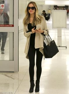 Anything but travel weary: Cavallari glowed with pregnancy pride as she disembarked from her flight Comfy Airport Outfit, Curvy Street Style, Flight Outfit, Kristin Cavallari, Pregnancy Outfits, Work Wardrobe, Maternity Fashion, Chic Outfits, Casual Chic