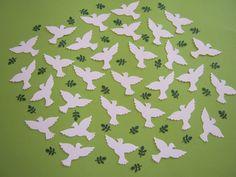 Handgefertigte Stanzteile aus Fotokarton und Tonpapier Ein Set besteht aus 70 weißen Tauben + 70 dunkelgrünen Zweigen - eine Taube ist ca. 5 cm breit u. 3 cm hoch - ein Zweig ist ca. 1,2 cm lang u. 0,8 cm breit. Die Tauben wurden in Handarbeit aus weißen Fotokarton (300g/qm) die Zweige aus dunkelgrünem Tonpapier (130g/qm) gestanzt. Ideal als Streudekoration, Tischdekoration oder zum Basteln (Karten, Scrapbooking, etc.) für Geburt, Geburtstag, Glückwunsch, Taufe, Hochzeit, Firmung, Kommunion.