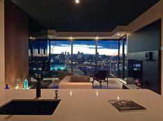 Condo de style minimaliste par Andy Rioux Designer. Vue impressionnante sur le centre-ville. Style Minimaliste, Condo, Conference Room, Designer, Centre, Furniture, Home Decor, January, City