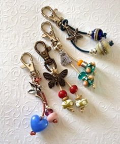 Zipper pulls Art Jewelry Elements: Quick and Easy Stocking Fillers - key chain/bag charm tutorial Wire Jewelry, Jewelry Crafts, Jewelry Art, Beaded Jewelry, Jewelery, Handmade Jewelry, Jewelry Design, Fashion Jewelry, Bullet Jewelry
