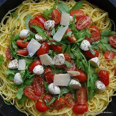 Pâtes fraîches à la roquette, tomates, mozzarella et parmesan