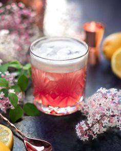 """••✶🧁𝒸𝑜𝑜𝓀𝒾𝓃𝑔 𝒾𝓈 𝒸𝒶𝓇𝒾𝓃𝑔 ✶•• on Instagram: """"〰️ F r a m b o i s e & C r a n b e r r y 〰️ Bientôt le week-end les amis ! Revisite du Whisky sour avec liqueur de framboises noires…"""" Whisky, Homemade Pastries, Week End, Panna Cotta, Cooking, Ethnic Recipes, Instagram, Food, Black Raspberries"""