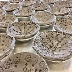 Children's pattern bowls - 2019 - clay ideas Kinder pattern bowls 2019 Kinder pattern bowls The post Kinder pattern bowls 2019 appeared first on Clay idea Kindergarten Art Lessons, Art Lessons For Kids, Art Lessons Elementary, Art For Kids, Elementary Art Education, Clay Projects For Kids, Kids Clay, School Art Projects, Sculpture Projects