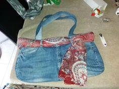 Borsa con jeans vecchi