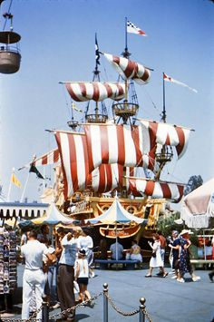 Enjoy a hot tuna pie from the Chick-of-the-Sea Disneyland Pirate Ship - My mother remembers this place fondly. Walt Disney, Disney Love, Disney Magic, Punk Disney, Vintage Disneyland, Disneyland Paris, Disney Aesthetic, Disney Facts, Tuna Pie