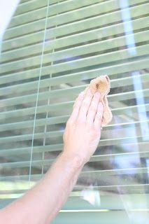DIY Cleaning Hard Water Off Exterior Windows |do it yourself divas