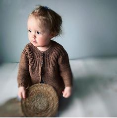 Best 11 Yarn: Highland wool from www.dk (yardage approximately – SkillOfKing. Knitting For Kids, Baby Knitting Patterns, Hand Knitting, Brei Baby, Crochet Baby, Knit Crochet, Style Baby, Baby Barn, Knitted Baby Cardigan