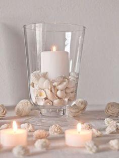 Um jeito delicado de criar um castiçal diferente é colocar conchas no fundo de um copo e usá-las como base da vela, como mostra a dica da Rosana Silva, do Simples Decoração. A ideia pode ser adaptada com pedras, areia e até argolas de latinhas de refrigerante.