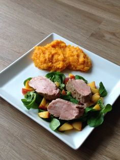 Schweinefilet mit Kürbis-Süßkartoffel-Püree auf fruchtigem Feldsalat #autumnfood #sunday #lunch #pumpkin #sweet #potato #cornsalad #peach #porkfillet