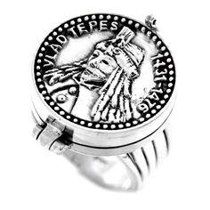 Inel cu locaș secret, din argint cu efigia domnitorului Vlad Țepes, respectat atât ca luptător cât și ca voievod ce nu tolera nedreptatea.   Fiind un personaj nu numai istoric, ci și literar și folcloric voievodul a fost ales de scriitorul Bram Stoker ca erou principal al romanului Dracula.  Exista pe stoc numerele 52, 53, 54, 55.  Cod produs: CI4159 Greutate: 12.23 gr. Lungime: 2.00 cm Lățime: 2.00 cm Circumferință inel: 52 mm Lapis Lazuli, Tanzania, Rolex Watches, Agate, Topaz, Labrador, Accessories, Character, Labradors