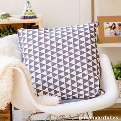 Cojín blanco y gris con estampado de triángulos #cushion #white #gray #triangles #home #decor #mrwonderfulshop