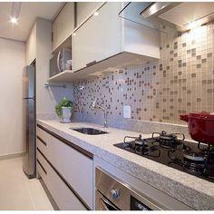 """1,535 Likes, 65 Comments - Eu Te Inspiro - Arquitetura (@euteinspiro) on Instagram: """"Cozinha com pastilhas de vidro por @arqmbaptista #pastilhas #pastilhadevidro #pastilhasdevidro…"""""""