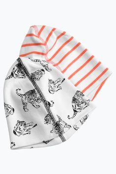 Mössa av dubbel trikåkvalitet i praktisk 2-pack där en har tryckt mönster och den andra har stickade ränder. <br><br>100% bomull<br>Tvätt 40°
