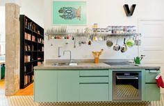 Deixe os utensílios de cozinha em armários abertos e economize espaço