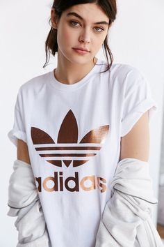 adidas Originals Rose Gold Double Logo Tee adidas Originals Rose Gold T-Shirt mit doppeltem Logo Adidas Shirt, Adidas Outfit, Adidas Logo, Fall Outfits, Summer Outfits, Casual Outfits, Dress Casual, Casual T Shirts, Cute Shirts
