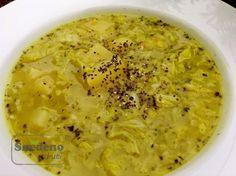 Polévka z kousků kapustových listů a brambor.