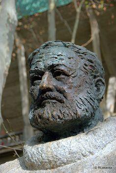 Escultura homenaje a Ernest Hemingway :: #Pamplona #Navarra #Navarre #Spain