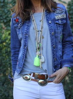 white + jeans + fluor = perfect combination = boho look Bohemian Mode, Bohemian Style, Boho Chic, Hippie Chic, Denim Fashion, Boho Fashion, Estilo Hippy, Hippie Outfits, Boho Look