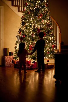 Love this idea for Christmas pictures.@CandaceBiggerstaff for Cayden & Conner!