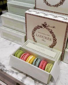 WEBSTA @ ladureeturkiye - #gift #giftideas #giftboxes #laduree #paris #istanbul #macaronlove #macarons #colours @akasyaacibadem @istinyepark