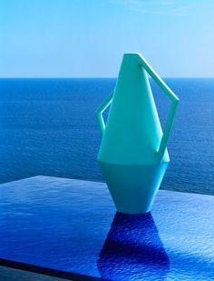 Azur. Table LC6, Le Corbusier, Jeanneret et Perriand (Cassina). Vase en céramique, Studiopepe (Atipico) / © Philippe Garcia