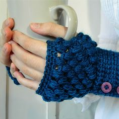 With this pattern by Hopeful Honey Designs you will lear how to knit a Puff Stitch Fingerless Gloves Crochet Pattern step by step. It is an easy tutorial about fingerless to knit with crochet or tricot. Fingerless Gloves Crochet Pattern, Fingerless Mitts, Crochet Mittens, Crochet Scarves, Crochet Clothes, Mittens Pattern, Crochet Simple, Crochet Diy, Crochet Motifs
