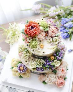 제이케이크 2단 주문케이크 꽃시장에서 데려온 오니소갈륨과 용담 예쁜꽃들이 올라가니 더 멋있어진 케이크네요 디테일이 살아있는 제이케이크 2단주문케이크 #오니소갈륨#코리아플라워디자인협회