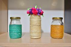 Vidros decorados com cordas e flores de papel.