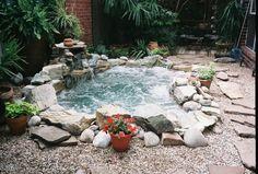 Jacuzzi extérieur en bois ou pierre en 34 idées pour votre jardin