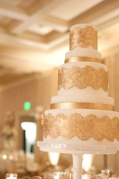 stunning gold wedding cake... could i just do that with gold doilies and have them take it off after the first cut?
